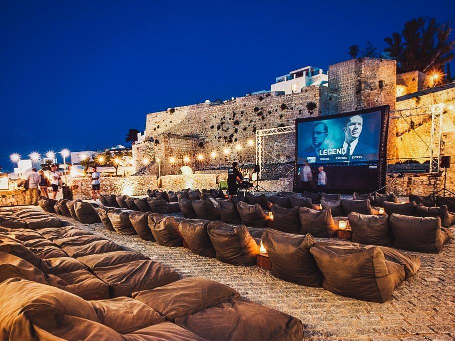 26 Outdoor Cinemas To Turn Your Movie Night Into An Adventure Outdoor Cinema Outdoor Movie Nights Rooftop Cinema