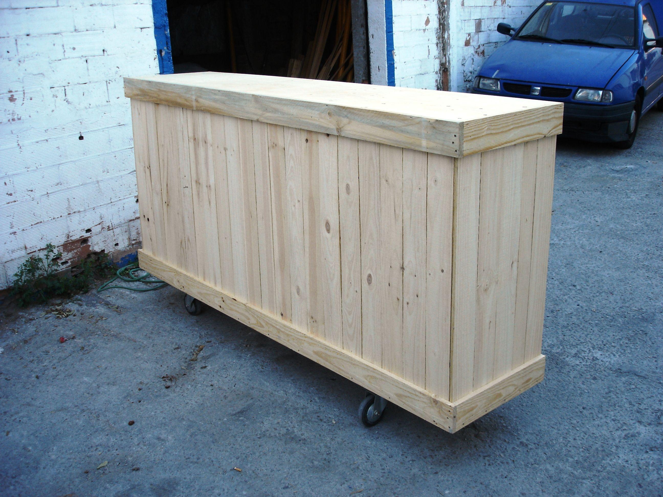 mostrador hecho de una caja de madera mostradores y