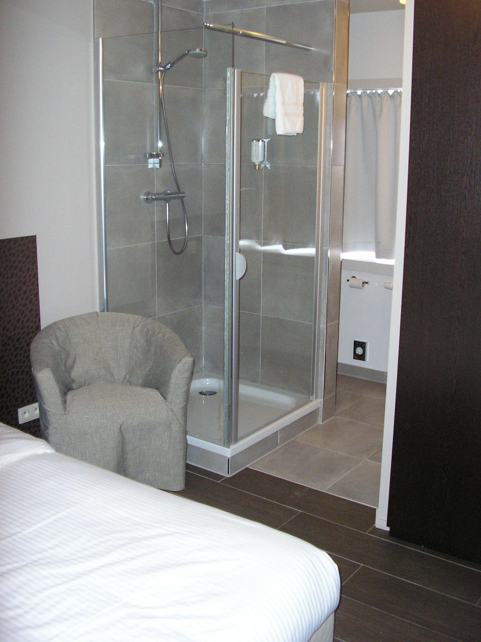 inrichting hotelkamer met vloer en wandtegels