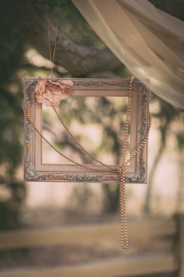 Marcos antiguos, perlas y flores en tonos pastel para decorar una boda vintage.