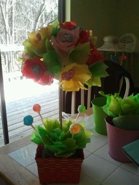 Centro de mesa de flores de papel con paletas flores de - Centros de mesa con flores ...