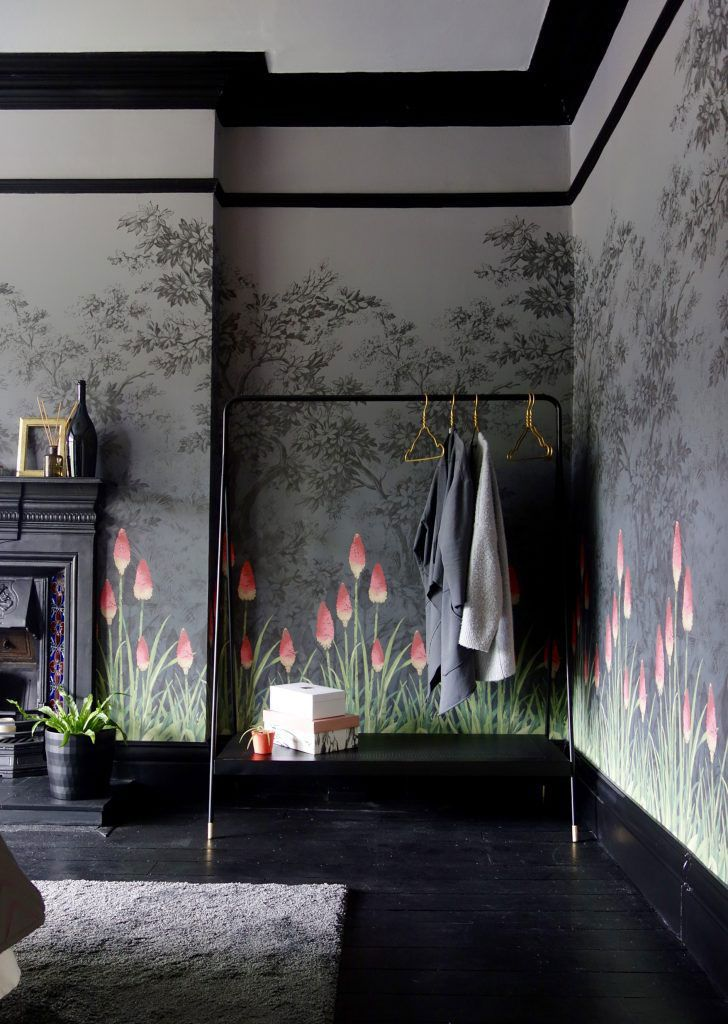 Best Magic English Bedroom With Bold Floral Wallpaper Темные 400 x 300