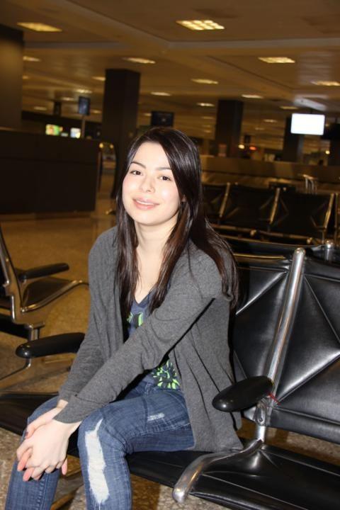 miranda cosgrove out in public    Miranda Cosgrove Dulles Airport 1 480x720 Miranda Cosgrove Loves Her ...