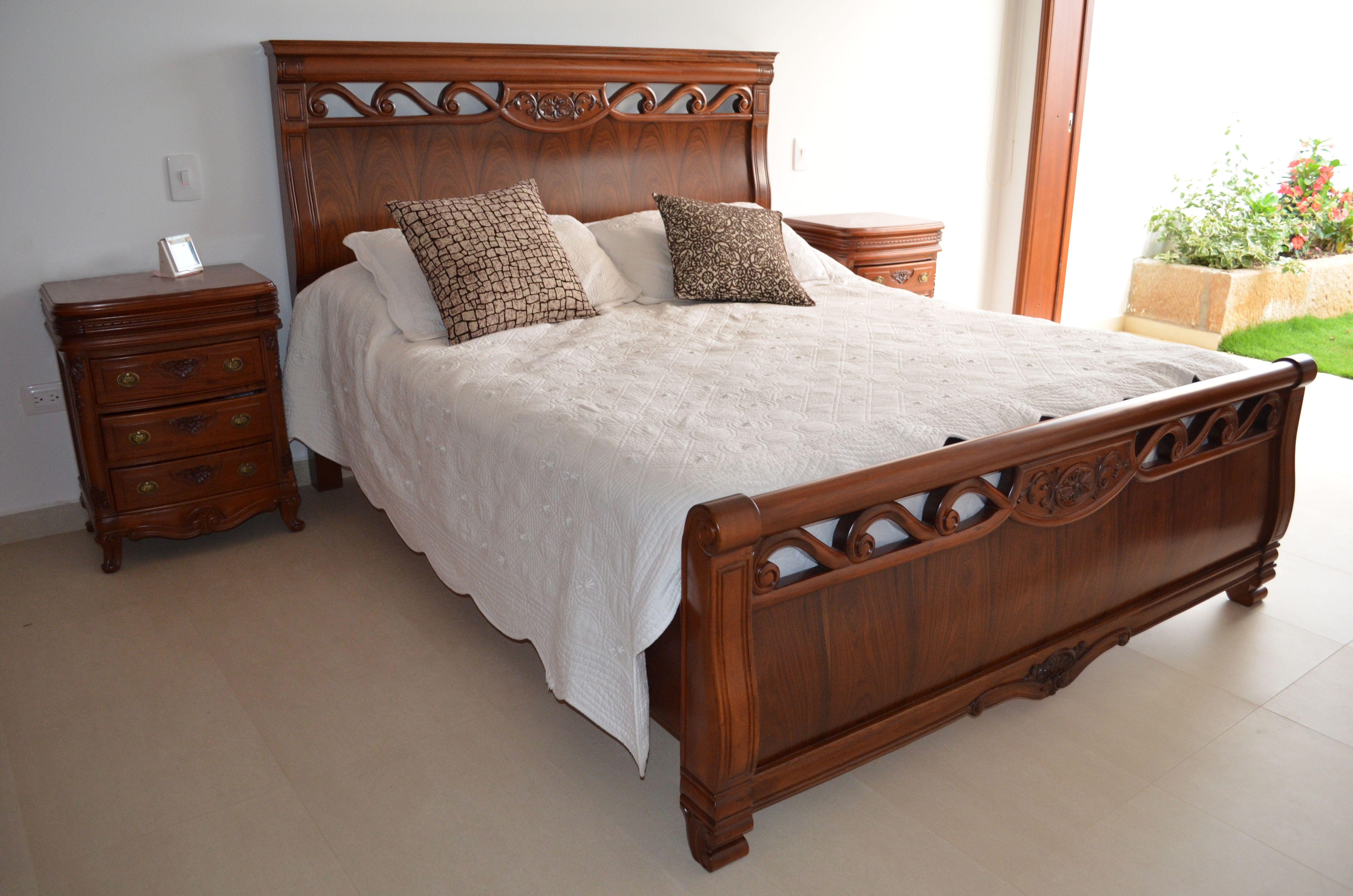 Estilos de camas en madera cama en madera de acacia gris for Camas con dosel de madera
