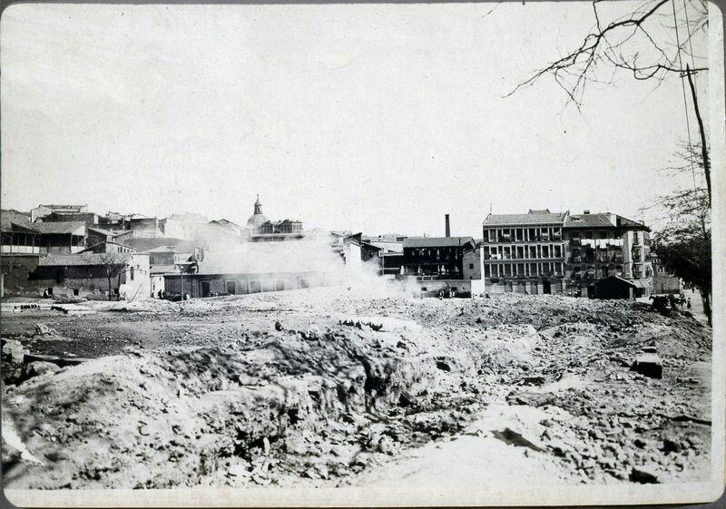 Plaza de Campillo del Mundo Nuevo en construcción. Madrid, 1900.