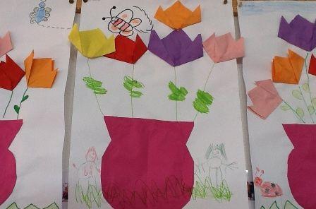 lente kleuters knutselen. Bloemen in een vaas - vouwen Vouw verschillende bloemen (schuine vouw) en een vaas (16 vierkantjes). Plak de bloemen op, teken steeltjes en versier het werkje eventueel. Het is ook leuk om eerst een vaas te verven en dan bloemen te vouwen die in de vaas 'gezet' worden.