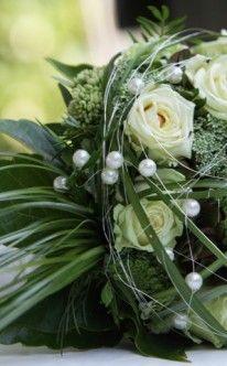 Brautstrau Weie Rosen mit Perlen und grnem Schmuck