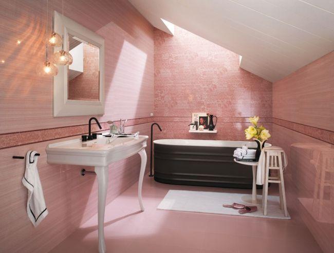 Badezimmer in rosa, florale Motive, Dachschräge und Dachfenster - dachschrgebadezimmer