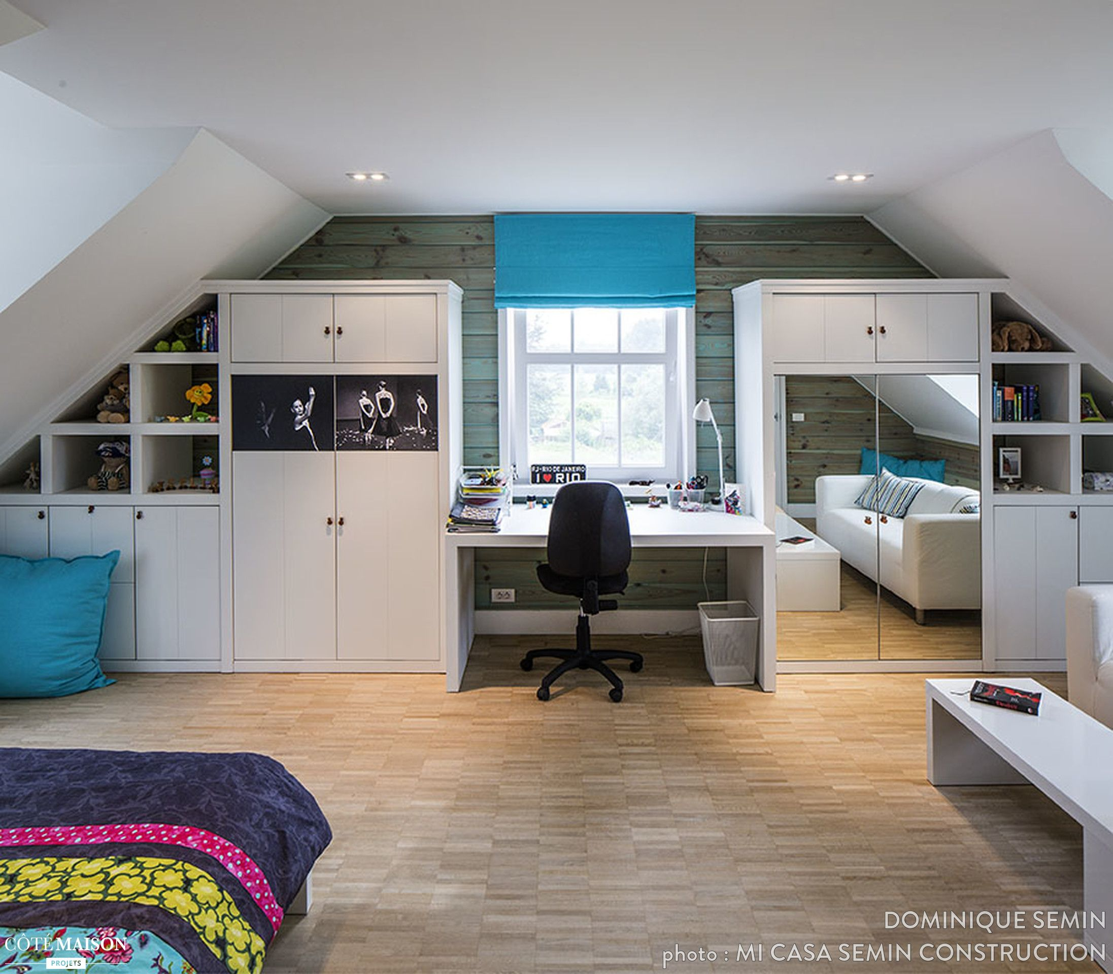 Une chambre moderne, avec un bureau, aménagée sous les combles