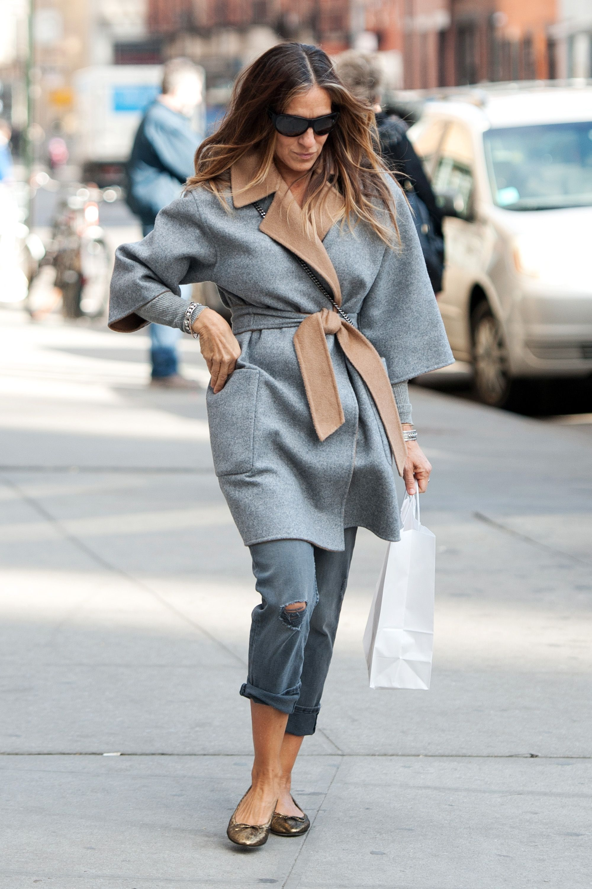 Sarah Jessica Parker nails transitional dressing in this monochromatic look with grey Mother jeans and robe coat. - HarpersBAZAAR.com