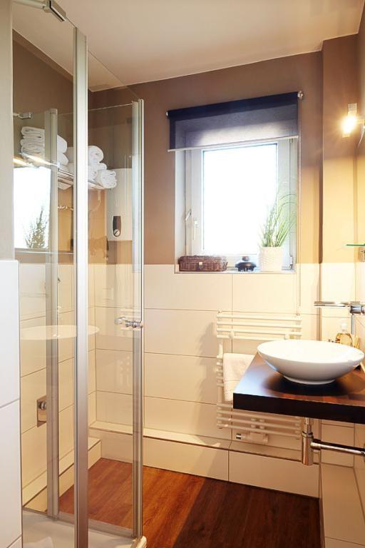 hell und freundlich eingerichtetes badezimmer mit boden in holzoptik tellerf rmigem waschbecken. Black Bedroom Furniture Sets. Home Design Ideas