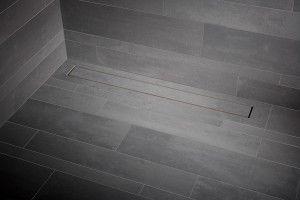 Bijna onzichtbare drain voor in de douche. Drempelloze inloopdouches zijn immens populair. Detonerend zijn echter de edelstalen afwaterings- putjes in de douchevloeren. Mosa presenteert in dat kader een innovatie: de Mosa Shower Drain, Easy Drain. Deze drain voldoet aan de hoogste eisen en garandeert voldoende waterafvoer, zelfs bij regendouches. Een nauwelijks zichtbare opening van 4 mm zorgt voor een probleemloze waterafloop. Mosa