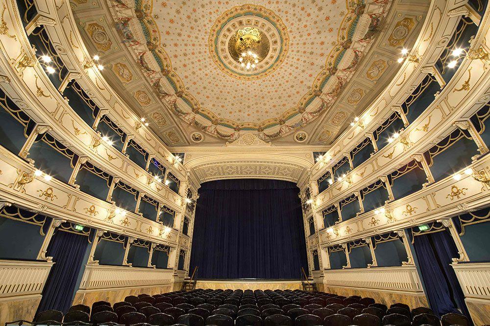 Teatro dei Rozzi   Siena   Piazza indipendenza 15   Anno 1817   Capienza 499 posti   Progetto: Alessandro Doveri   Web: http://www.comune.siena.it/La-Citta/Cultura/Teatri/TEATRO-DEI-ROZZI