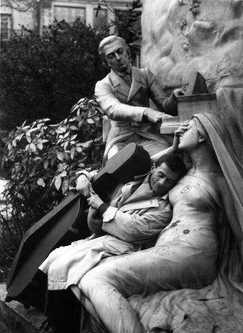 DOISNEAU Robert, Maurice Baquet et la muse de pierre, Paris, photographie, 1957