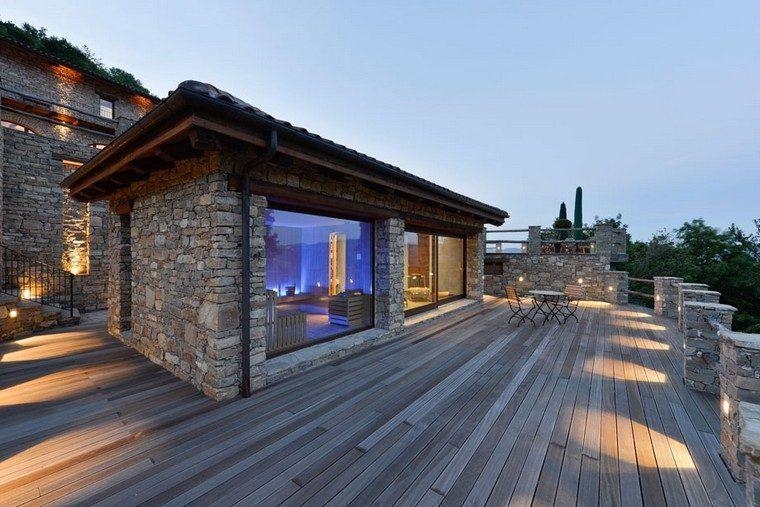 Houten en stenen terras voor een natuurlijke en frisse buitenkant