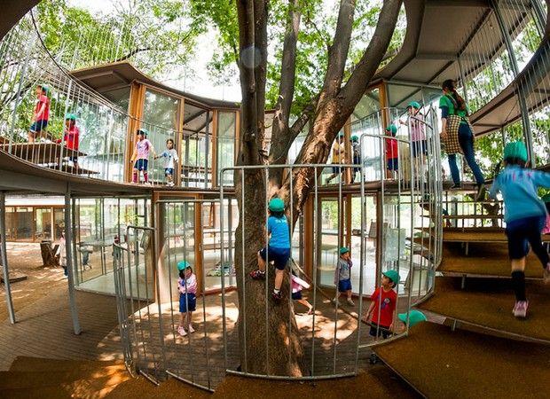 Playground circular batizado Ring Around The Tree, no Japão. Projeto do escritório Tezuka Architects (Foto: Reprodução/Tezuka Architects)
