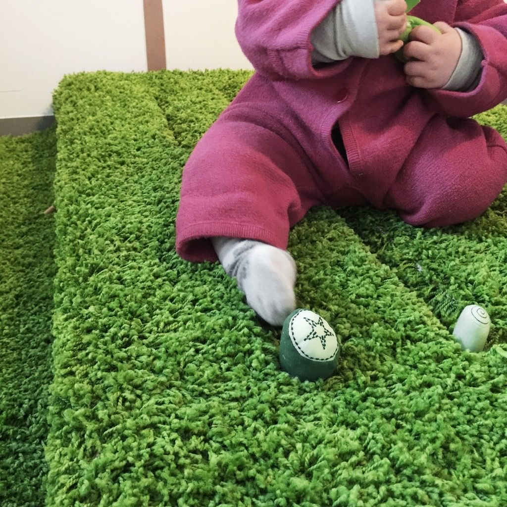 Ein zimmer für kinder ein beet für drinnen eine europalette mit teppichrasen bekleben in