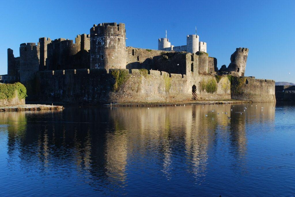 Image from http://www.e-castles.com/zasajt/slike/Caerphilly_Castle_40519743e333a20d7cc62c6341f06162.jpg.