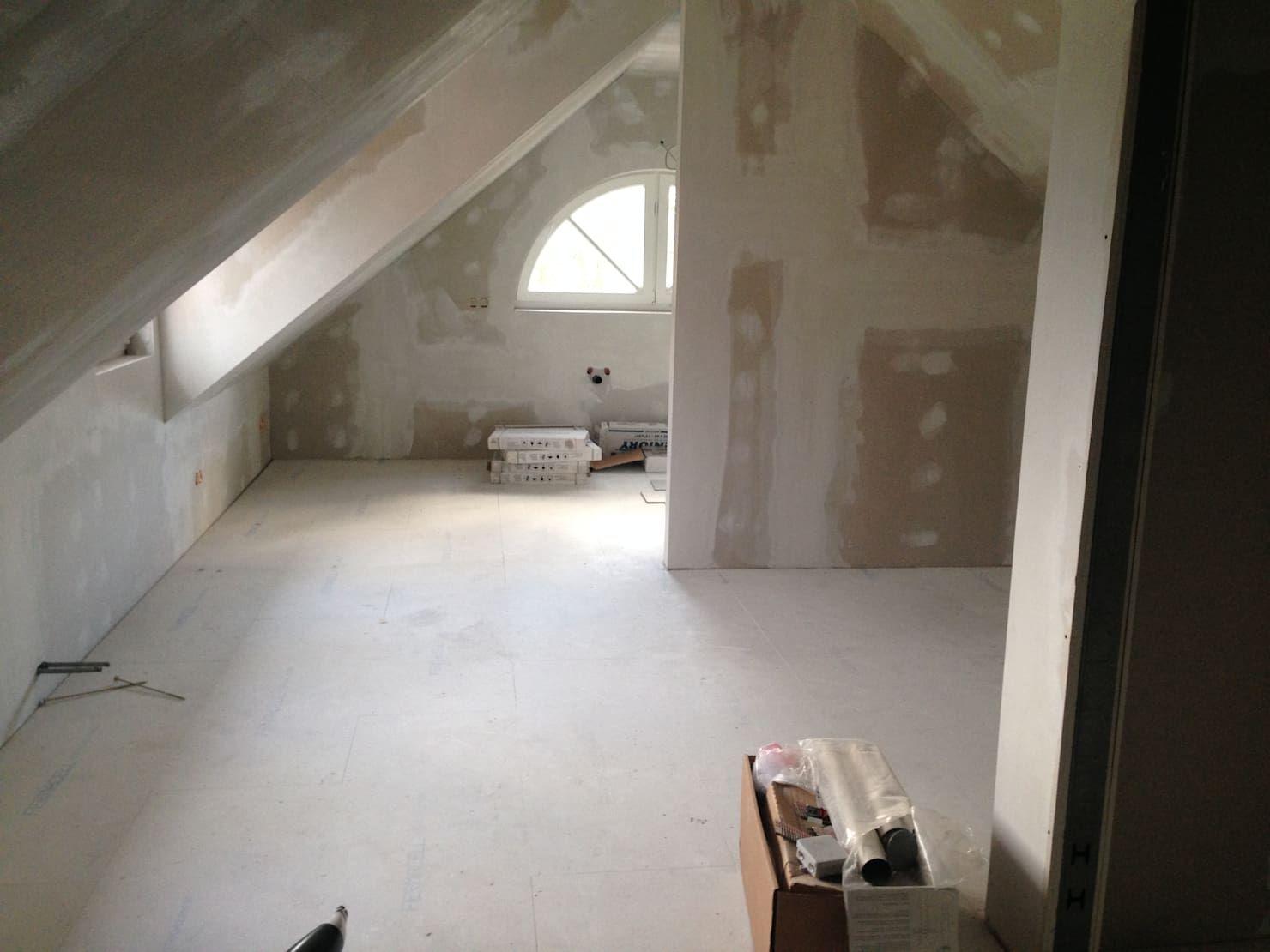 Vorher Nachher Vom Leeren Dachboden Zum Gemutlichen Schlafzimmer Room Bedroom Bathtub