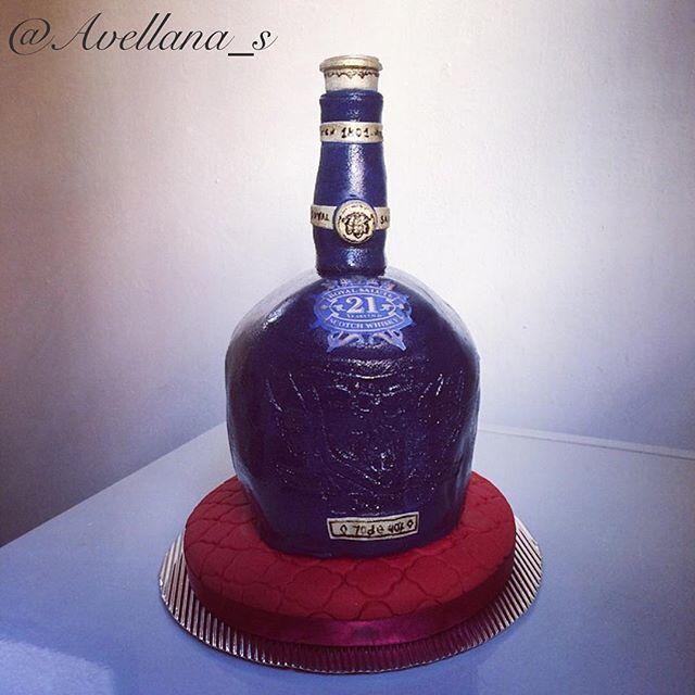Botella de Whisky Royal Salute, completamente comestible .. #hechoamano  #whisky #scotchwhisky #royalsalute #botella #salud #avellanas #cupcakes #bakery #carupano #sucre #torta #cake #venezuela #tbt #dessert #amazing #delicious #beautiful #instagood #pasteleria #arte #fondant
