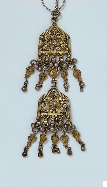 Earring | Yemen | V&A This delicate pendant is typical of the kind of fine filigree made by Jewish silversmiths in the 19th century. It would have been one of a pair made to hang either side of the face like earrings. 1850-1900