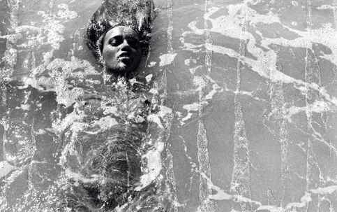 Quinze trabalhos escolhidos pelo próprio artista Miguel Rio Branco revelam como o feminino foi representado ao longo de sua carreira de mais de quatro décadas