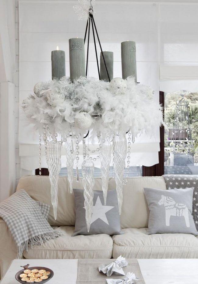 wohnzimmer silber, wohnzimmer zu weihnachten deko-silber-weiss-hangender-adventskranz, Design ideen