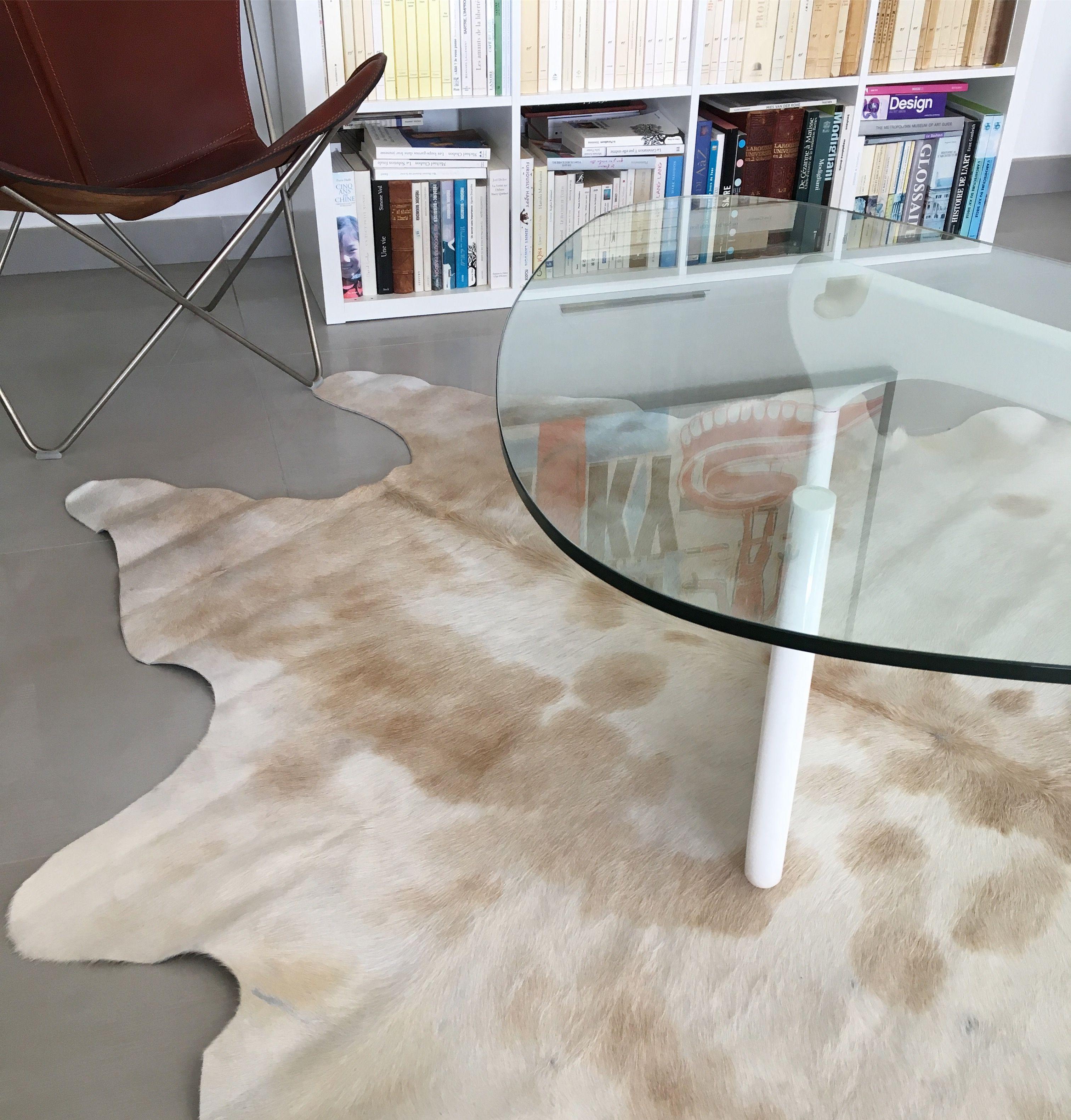 Peau De Vache Claire Sous Une Table Basse En Verre Table Basse Verre Table Basse Inspiration Salon