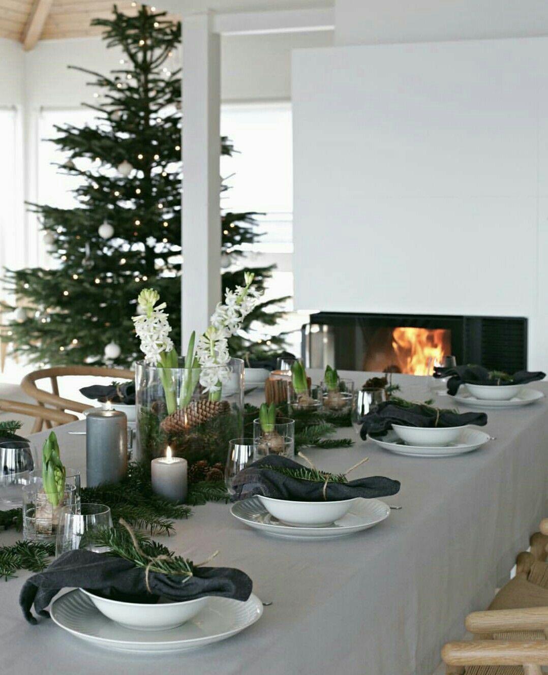 Gorgeous green Christmas table setting #borddekkingnyttårsaften