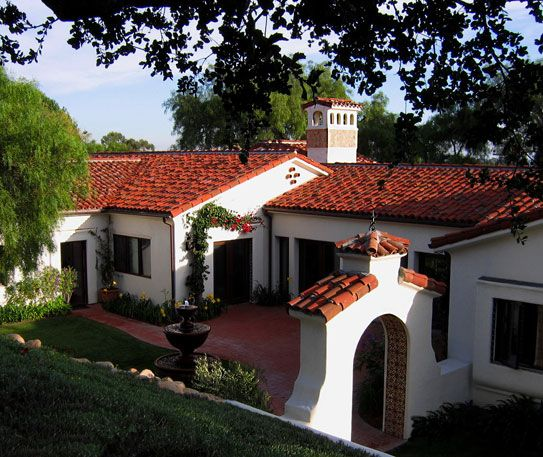 White Washed Stucco Ground Floor Home With Red Roof Tiles And Courtyard Jeff Doubet Design Santa Barba Spanish Style Homes Spanish Revival Home Spanish House