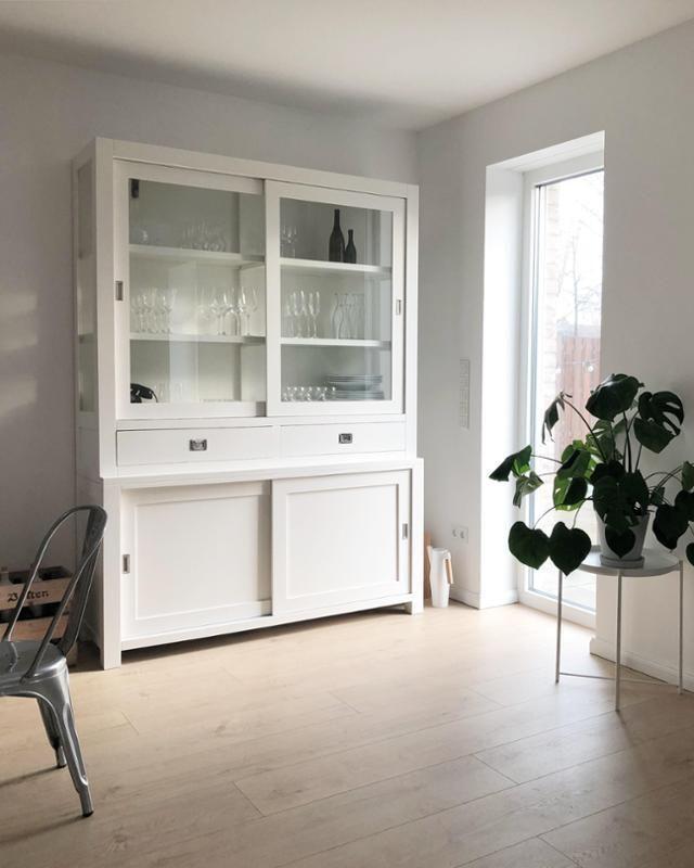 Wir lieben Vintage-Schränke, vor allem, wenn sie so schön und weiß - schrank für wohnzimmer