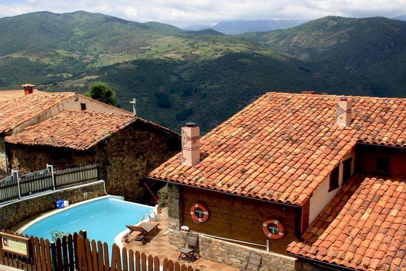La Casa De Las Chimeneas Viviendas Rurales En Tudes Cantabria Vivienda Rural Rurales Chimeneas