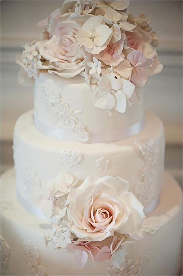 Hochzeitstorte mit Blumendeko  karo hochzeit  Torte