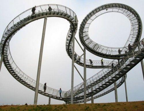 Escalera con forma de montaña rusa, ubicada en la ciudad de Duisburg (Alemania) en donde se ha inaugurado una curiosa obra de arte urbano llamada Tiger and Turtle.