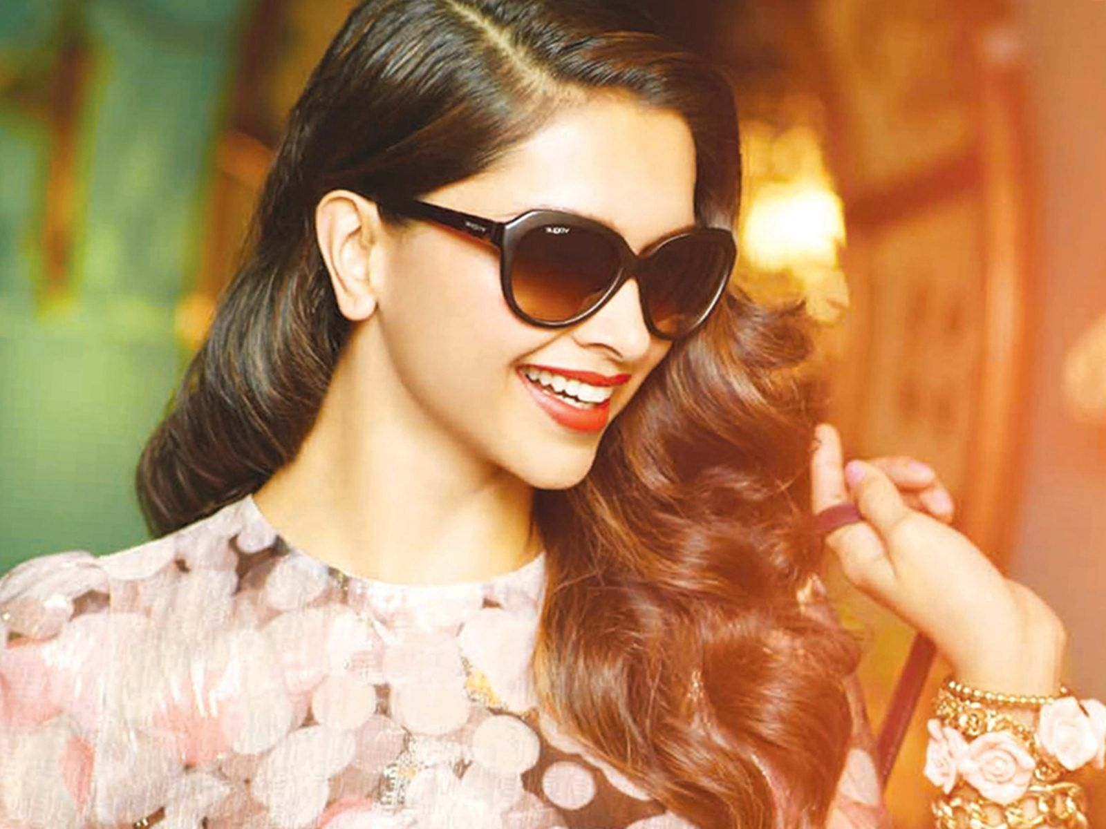 Deepika Padukone Wearing Cool Goggles Images, Pictures -8213