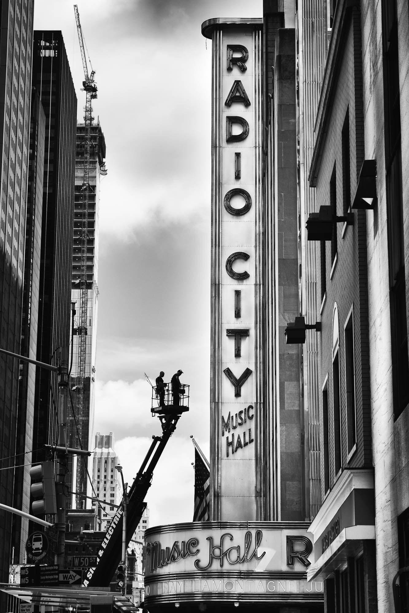 Radio City New York Astheticwallpaperiphoneblack Black And White Aesthetic Black And White Pictures Black And White Photo Wall