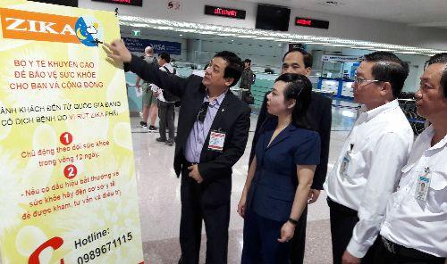 Bộ trưởng Y tế thị sát kiểm dịch Zika ở sân bay Tân Sơn Nhất  Bộ trưởng Kim Tiến cùng các chuyên gia đầu ngành kiểm tra công tác kiểm dịch tại sân bay Tân Sơn Nhất. Ảnh: Trần Ngoan.  Trong bối cảnh dịch bệnhdo virus Zika gây bệnh đầu nhỏ ở trẻ sơ sinhdiễn tiến phức tạp và có chiều hướng gia tăng trên phạm vi toàn cầu Bộ trưởng Kim Tiến nhận định nguy cơ bệnh xâm nhập vào Việt Nam là rất cao. Thị sát sân bay Tân Sơn Nhất chiều 4/2 Bộ trưởngđề nghị các đơn vị liên quan tăng cường thực hiện…