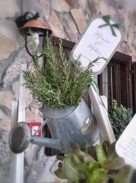 Dettaglio di un  tableau  country dedicato alle piante aromatiche.   rosmarino  rosemary  innaffiatoio  wedding  matrimonio  tableaudemariage   latta  scala ... 034e0e97141