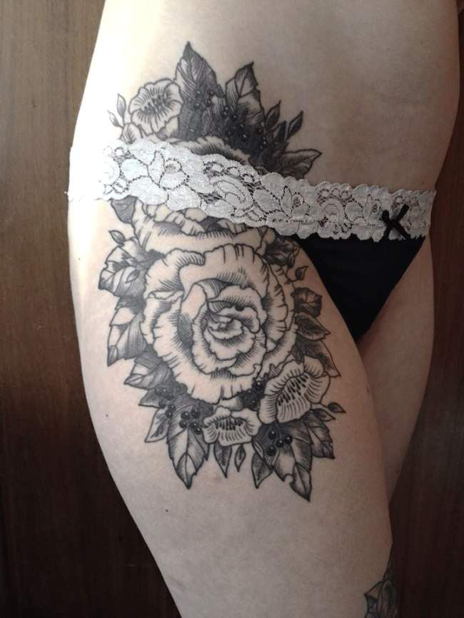 tatouage de femme tatouage rose noir et gris sur cuisse. Black Bedroom Furniture Sets. Home Design Ideas