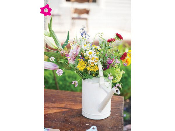 Centro de mesa para boda en regadera color blanco for Arreglos florales para boda en jardin