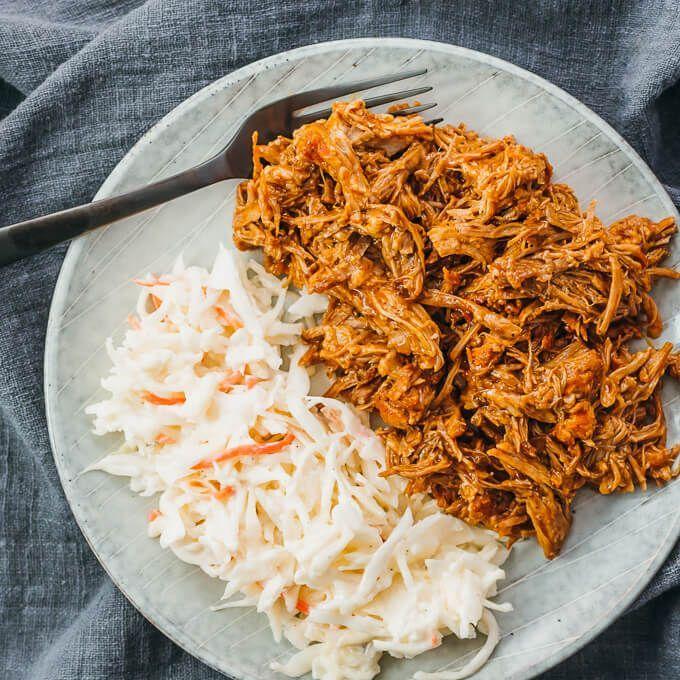 Ein schnelles und einfaches Rezept für Instant Pot Pulled Pork. Sie können knochenlose Schweineschulter oder -kolben verwenden und trocken reiben um es zu würzen. Nach dem Schnellkochen mit den Gabeln zerkleinern und mit Ihrer Lieblings-Bbq-Sauce vermengen oder einfach ohne Sauce genießen. Sie können Sandwiches mit ihnen machen oder für gesunde Di
