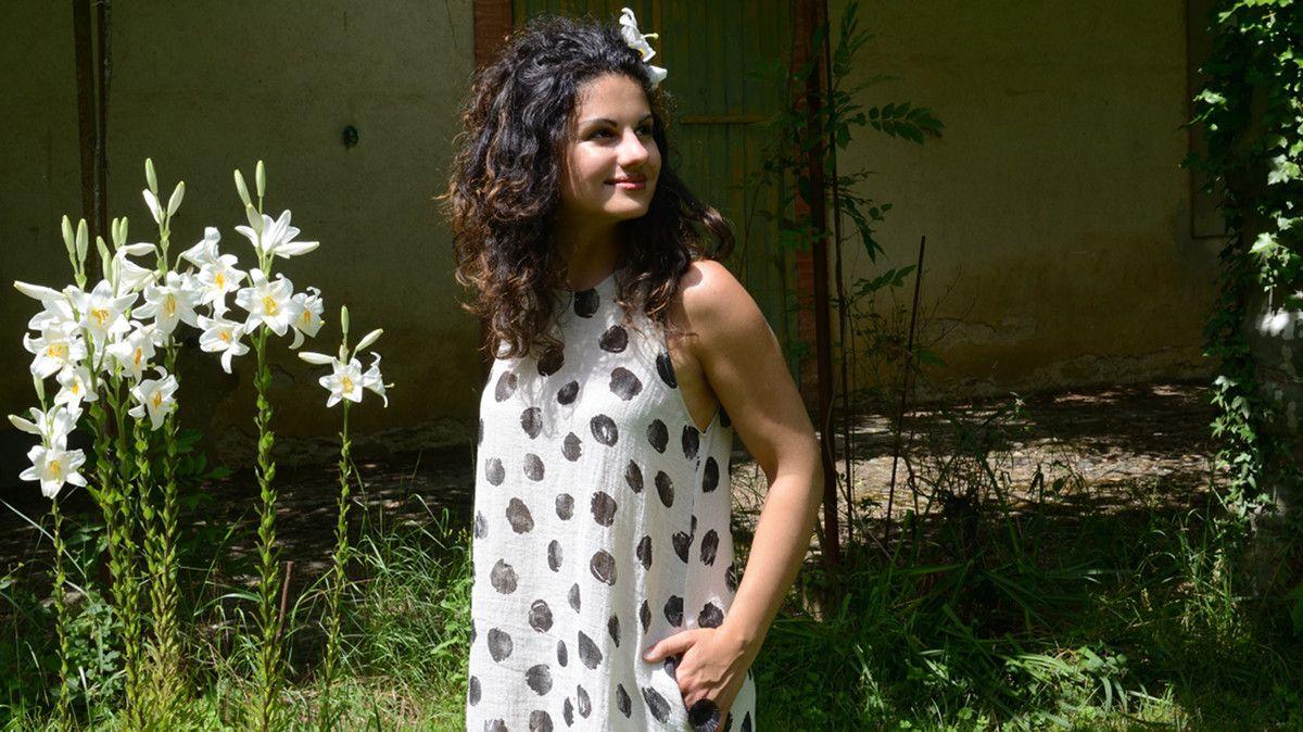 Katily porte une robe sans manche en lin du Vestiaire De Jeanne. Découvrez 8f245212c562