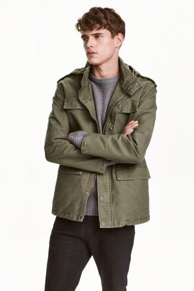 カーゴジャケット: ウォッシュ加工を施したコットンツイル素材のカーゴジャケット。織物素材のドローストリングフード付き。スタンドカラーで、ジッパー開閉のスペースにフードを収納できます。フロントジップで、隠しスナップボタン付き。隠しスナップボタン留めのエポーレット付き。胸ポケット付き。フラップ&スナップボタンが付いたフロントポケット付き。ウエスト部分と裾の内側にドローストリング入り。袖口にスナップボタン付き。裏地あり。