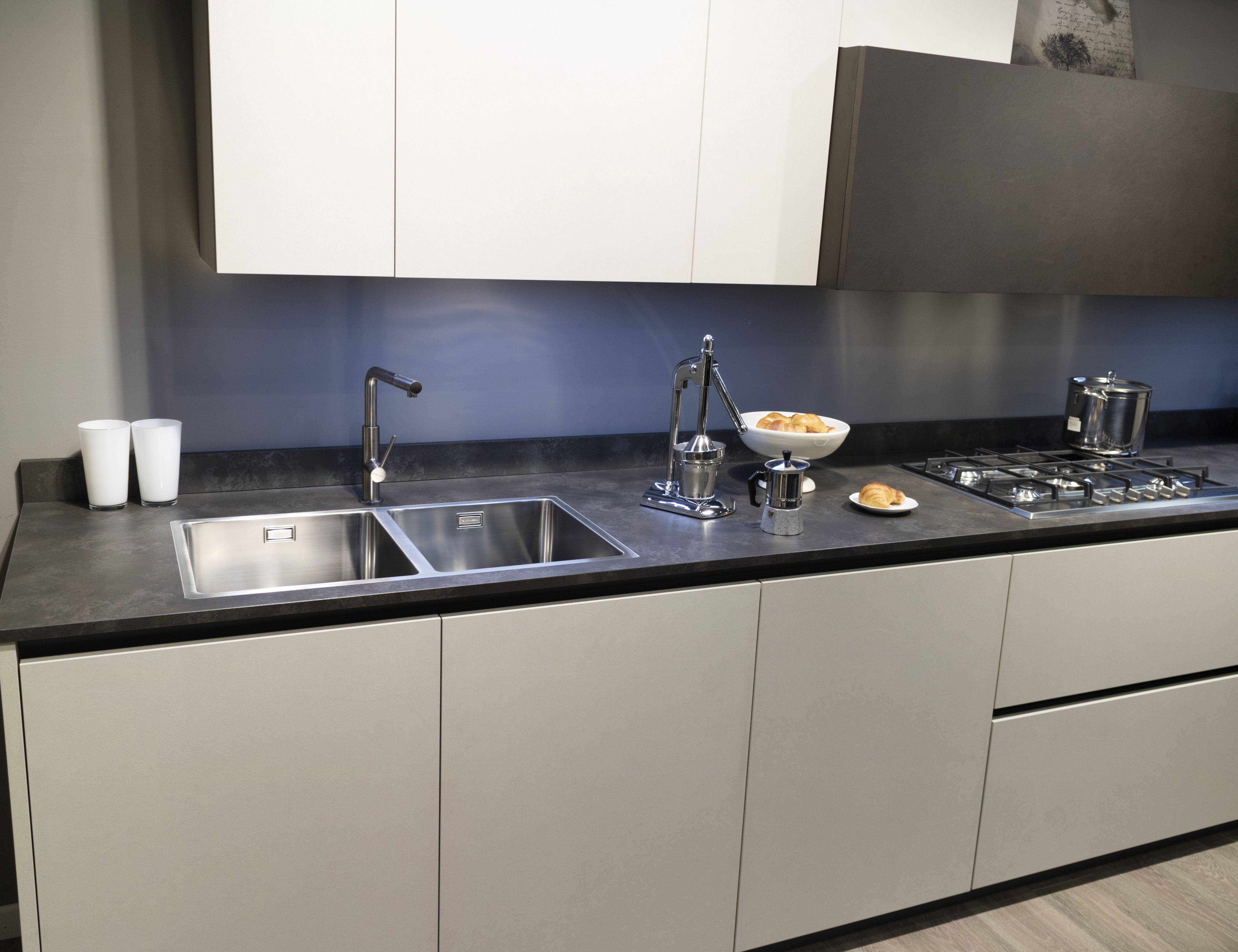 Cucina Bianca Top Nero Piastrelle.Cucina Design Moderno Arredamento Isola Italiana
