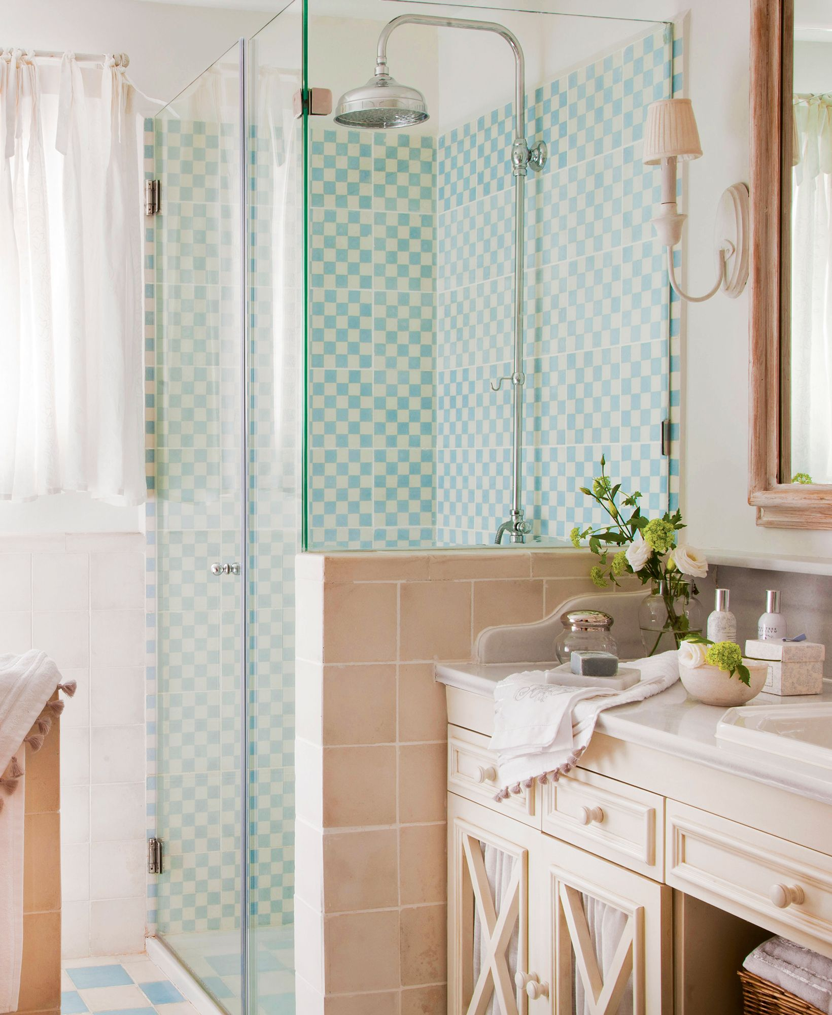 Baño pequeño con una ducha con revestimiento de baldosas azules y ...
