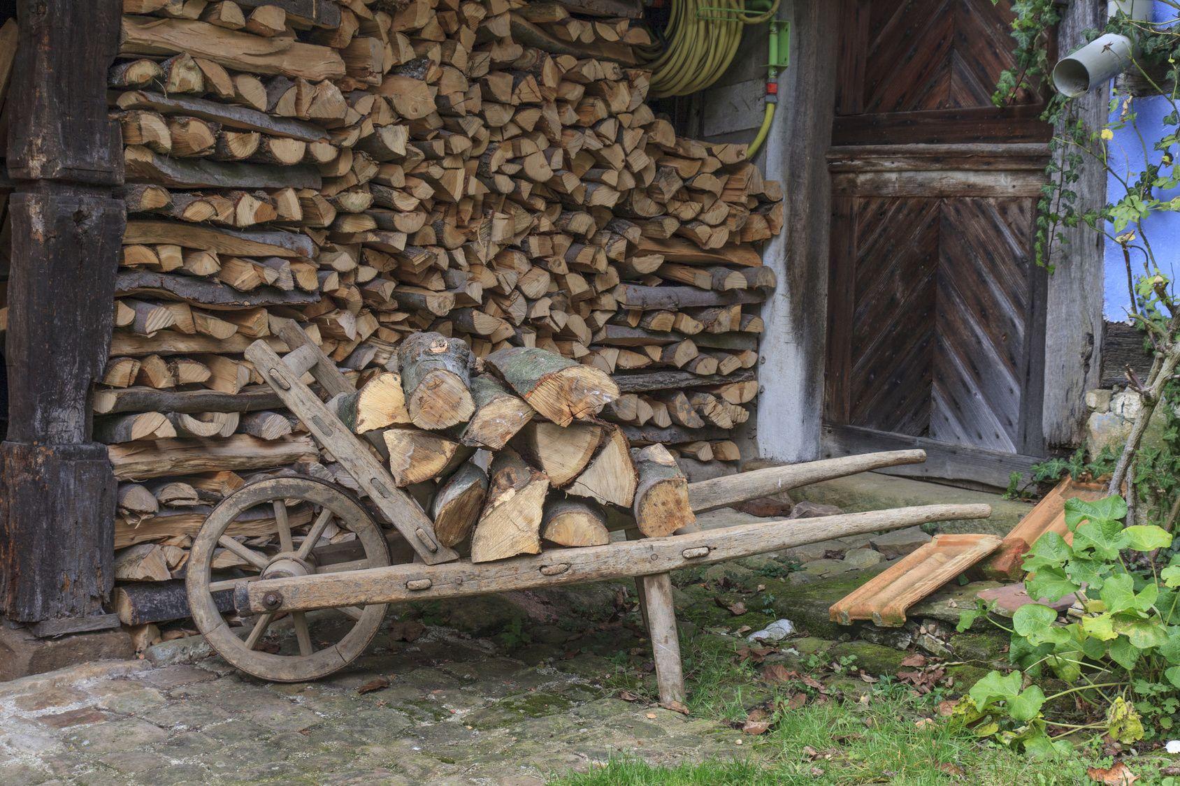 Una vecchia carriola di legno pu diventare una poltroncina da giardino trasportabile con - Carriola in legno da giardino ...