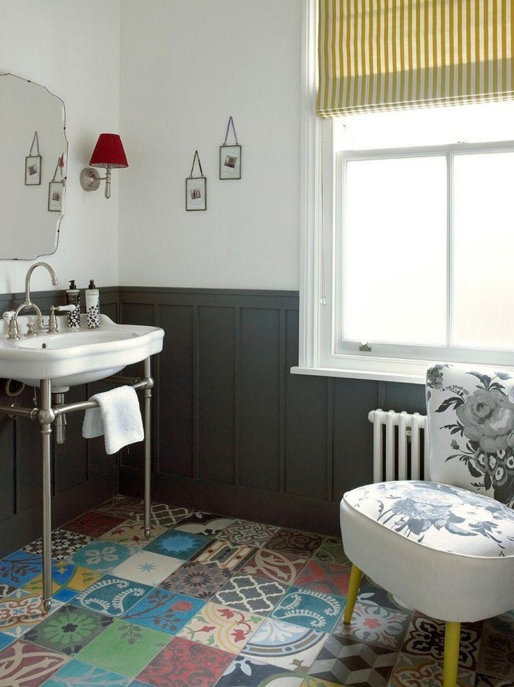 Bunte Bäder badezimmer mit vintage armatur und unterschiedliche bunte fliesen am