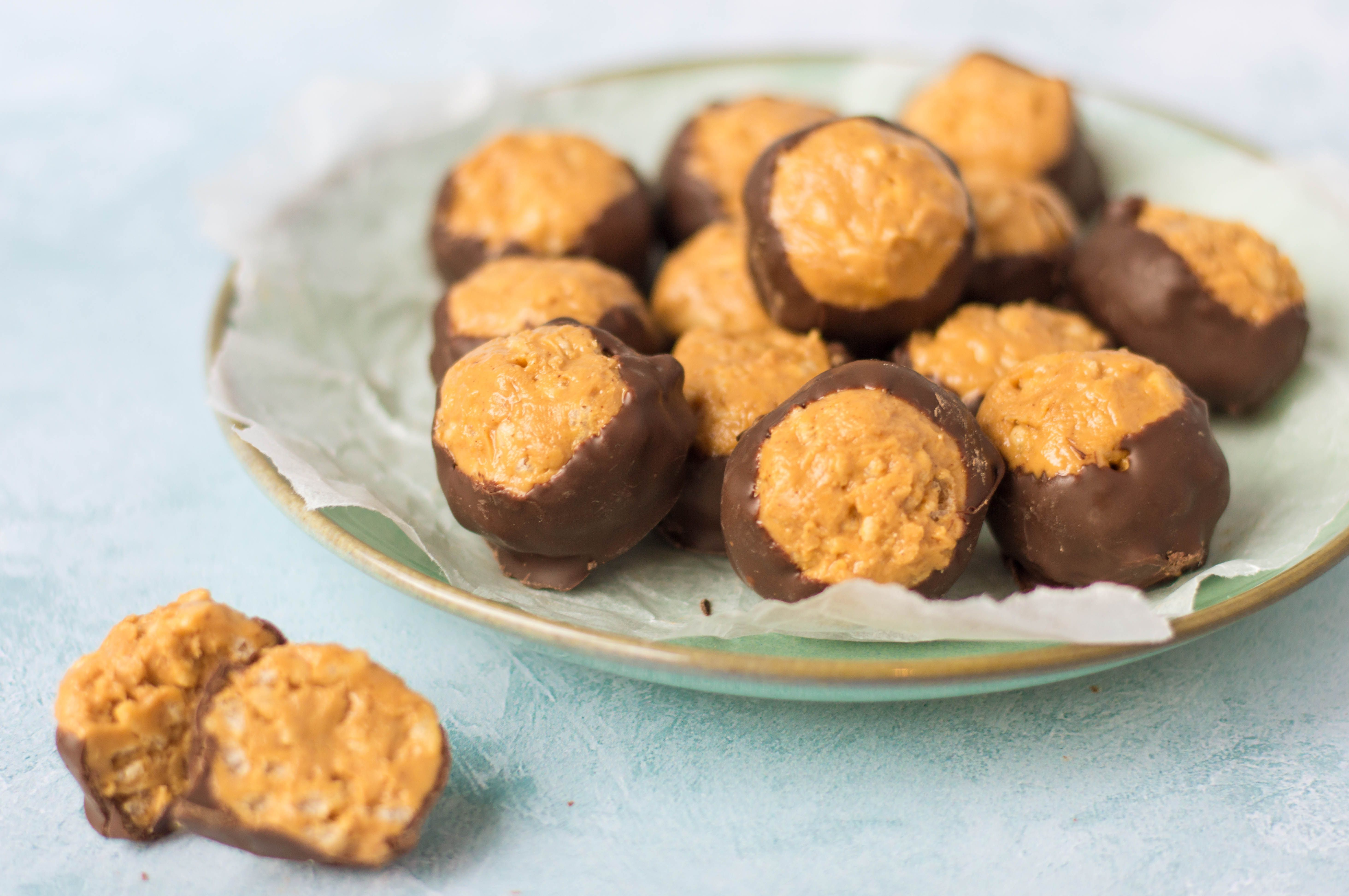 How to Make Homemade Crunchy Buckeyes Candy #peanutbutterballswithricekrispies