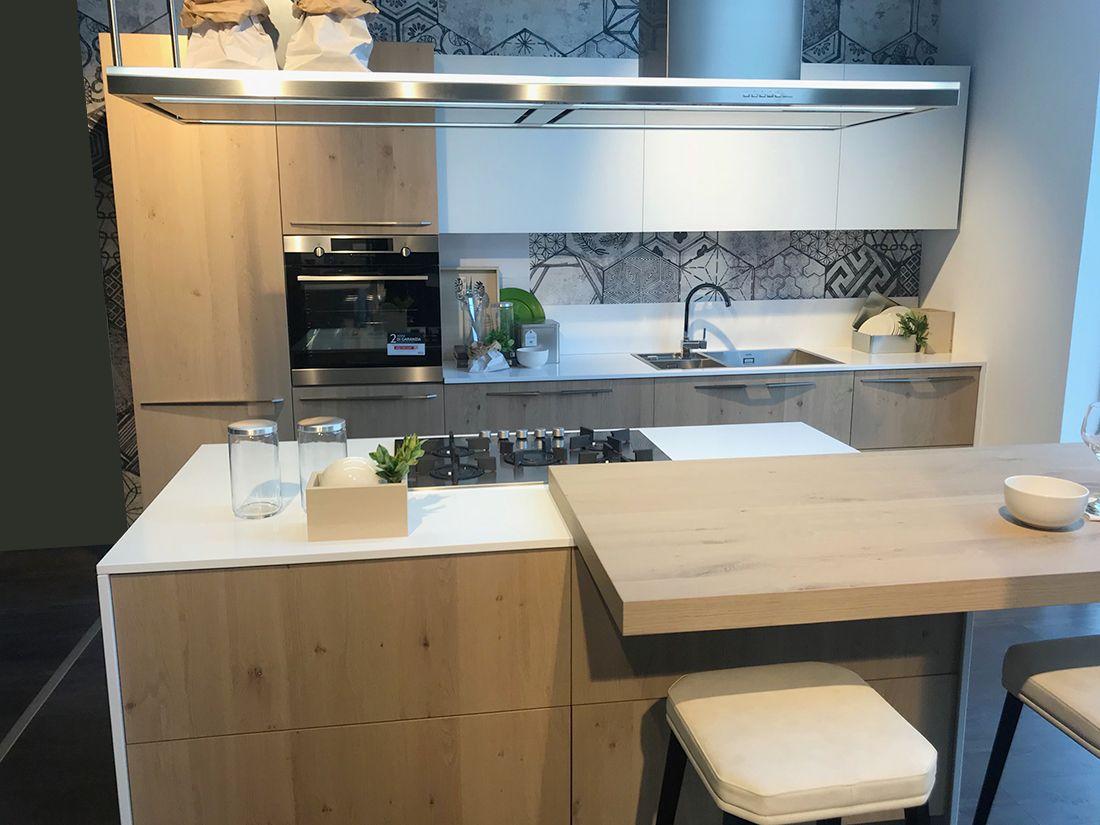 esempio struttura cucina con colonna a sx lavello e fuochi