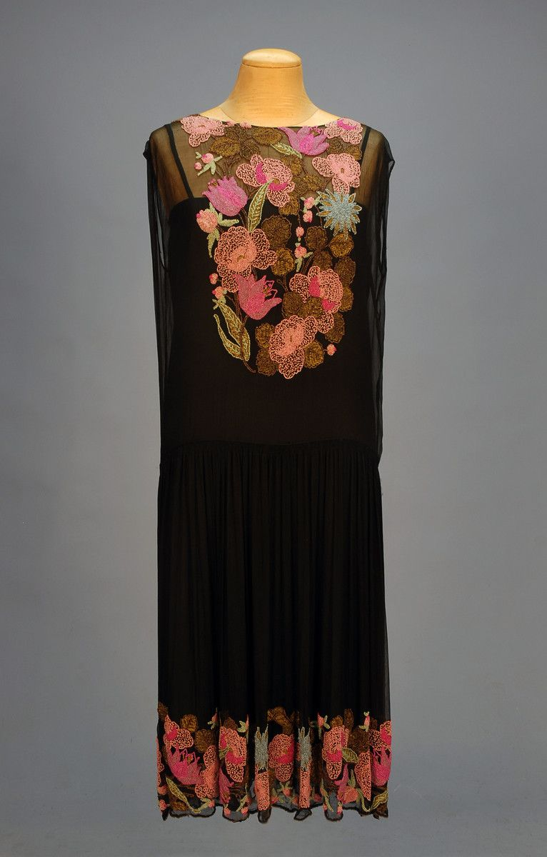 1920s evening dress from This Beadiful World. Not my usual kind of beaded flowers, but beaded flowers nonetheless...